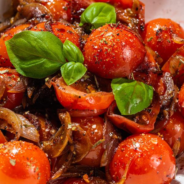 Lækker varm tomatsalat fuld af flavour