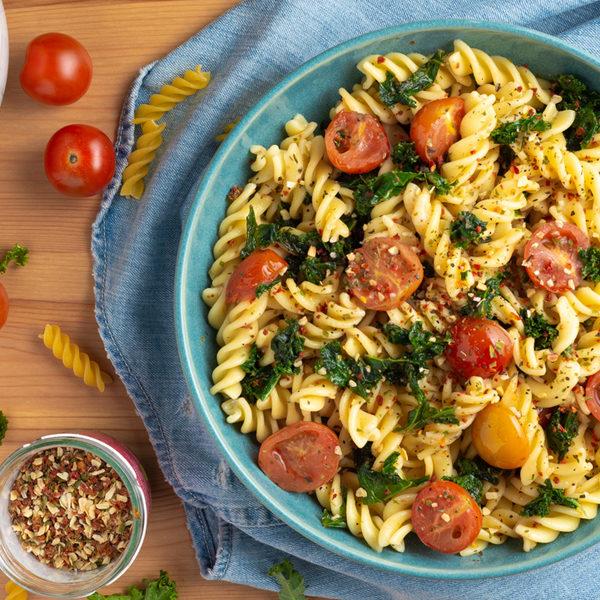Skøn vegansk pastaret med grønkål og tomater