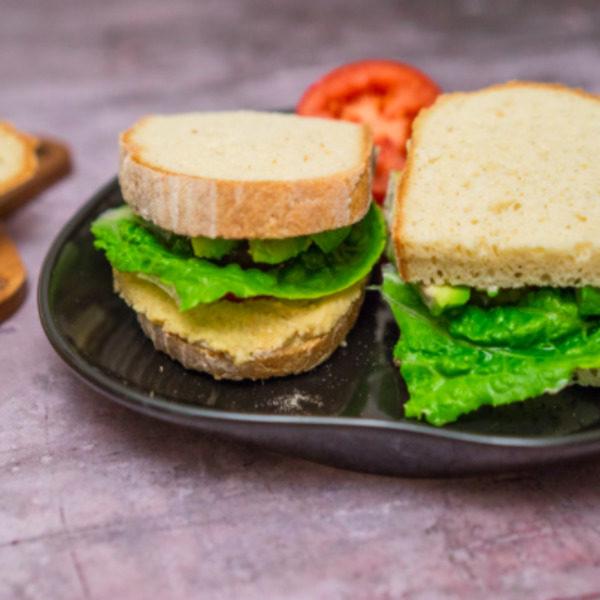 Skøn glutenfri sandwich med hummus og avocado